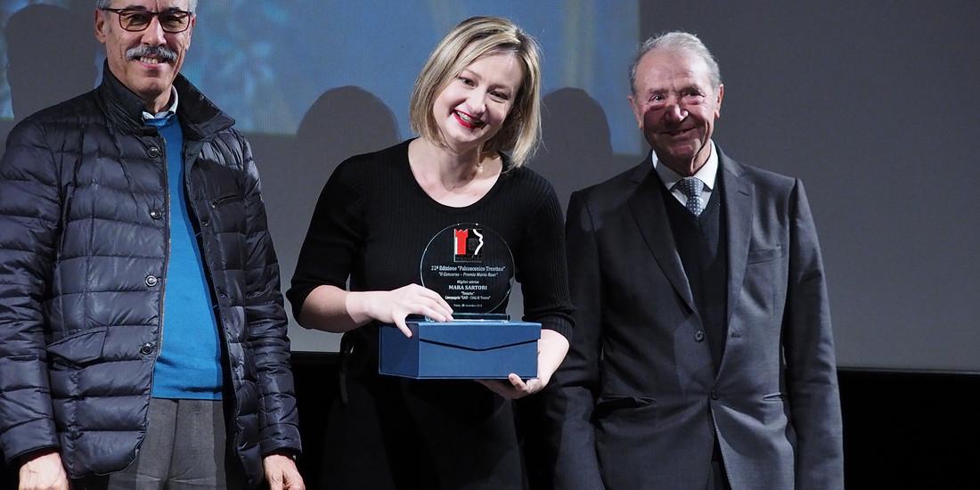 Renzo Braus, presidente delle Bande Trentine, premia la miglior attrice Mara Sartori