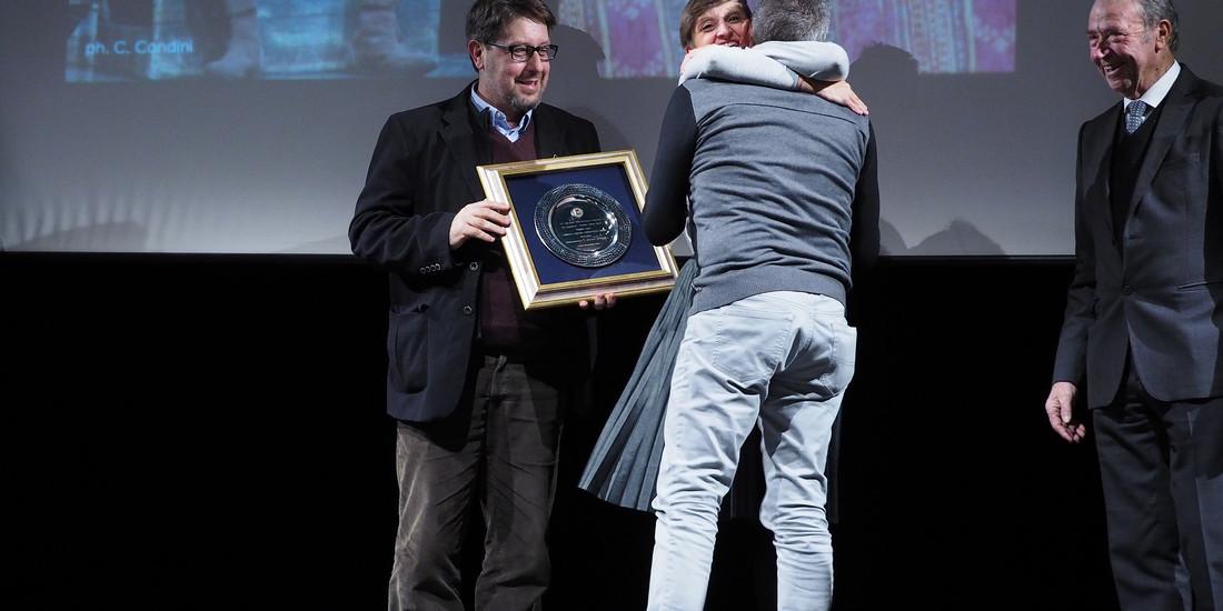 Corrado Bungaro - Assessore alla Cultura del Comune di Trento - consegna il premio Miglior Regia