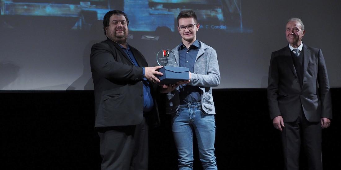 Alessio Di Caro di Domotica Trentina premia la miglior scenografia